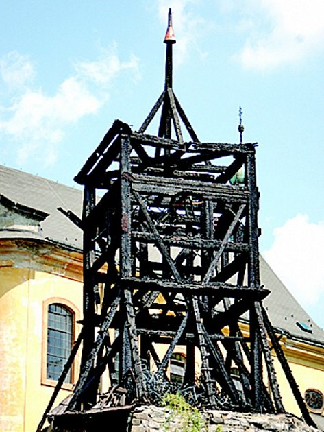 Shořelá zvonička v žlezném Brodě.