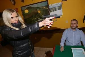 Lidé si houfně pořizují zbrojní pasy. Ilustrační snímek