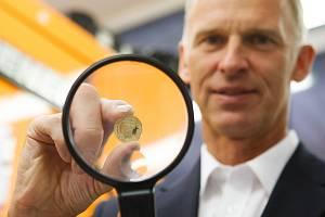 Slavnostní ražba mince Dominika Haška za jeho účasti.