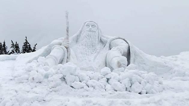 Skupina umělců z Jilemnice postavila před Labskou boudou sněhovou sochu Krakonoše vysokou 6,5 metru.