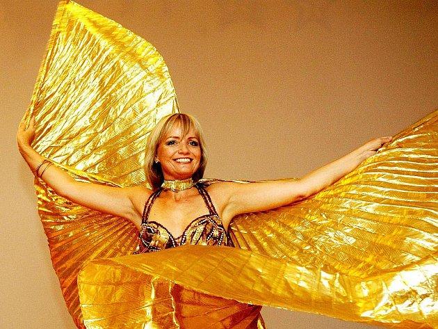 ORIENTÁLNÍ TANCE podtrhují podle Lenky Markovičové ženskost ve všech směrech. Nehledě na to, že tanec vůbec jako takový pomáhá odbourávat stres, formuje postavu a při dlouhodobějším tréninku navozuje pocit štěstí.
