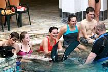 Přestože všichni studenti oboru záchranářství a bezpečnost obyvatel na škole v libereckých Kateřinkách musí umět plavat, hloubkové potápění s přístroji má svá specifika. V aquaparku pod vedením Jaroslava Kočárka ze Snakesubu odstartovali intenzivní kurz.
