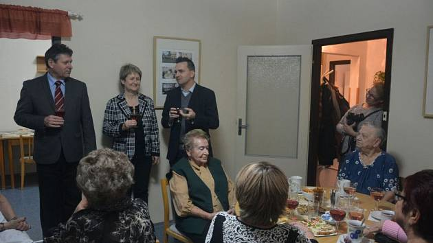 Zástupci města navštěvují seniory v jejich klubech.