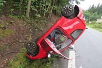 Mladá řidička dostala na mokré vozovce smyk a s vozidlem skončila na střeše.