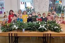 K seniorům do Pasek zamířily dárky z rýnovické základní školy.