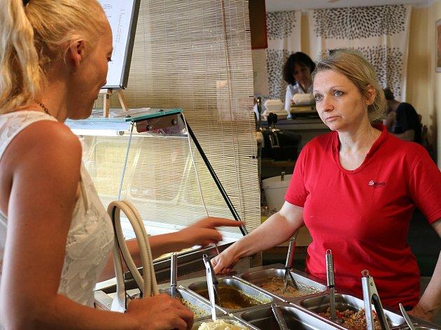 Na sto padesát jídel denně po jedenáct let vařili mladí Eichlerovi v oblíbené vegetariánské jídelně na náměstí Českého ráje. Teď se kvůli záměru rozšíření Městského informačního centra mají stěhovat pryč. Zatímco starosta Tomáš Hocke tvrdí, že město v nič