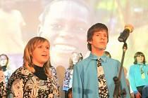 Jablonecký Dětský pěvecký sbor Vrabčáci se svými sólisty při skladbě Michaela Jacksona We Are The World. Přednesou ji i na smiřickém festivalu na závěr koncertu.