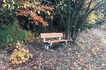 Jedna z Loužnických laviček.