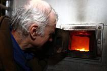 Úředníci mohou vejít do domácnosti a zkontrolovat kotel na tuhá paliva
