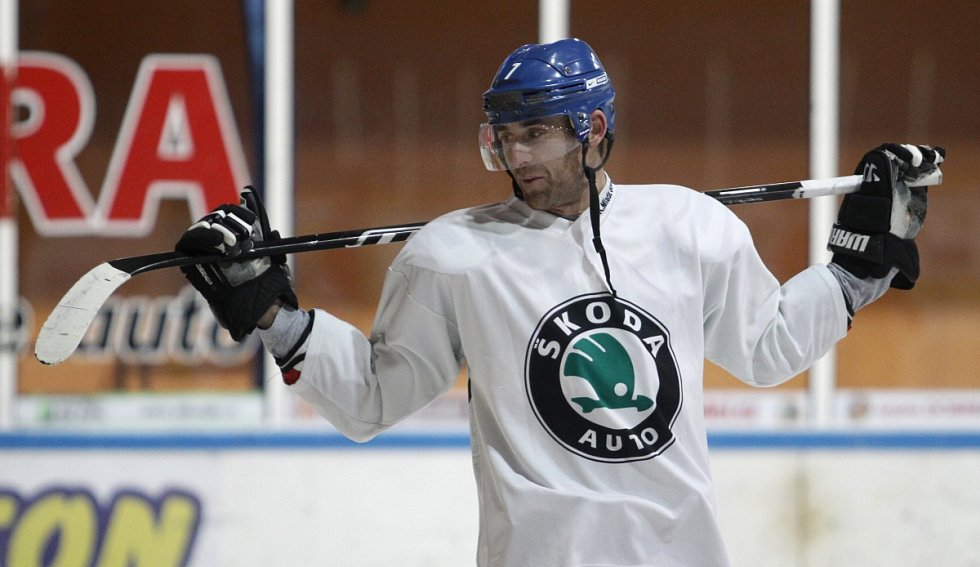 Fotbalisté Baumitu si zahráli hokej. Na snímku Michal Špit.