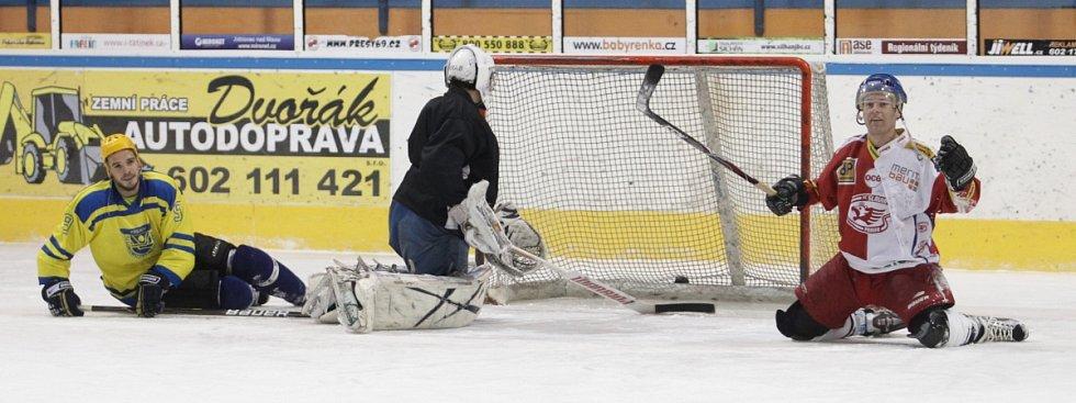 Fotbalisté Baumitu si zahráli hokej. Na snímku oslavuje branku Karel Piták, vlevo situaci sleduje Filip Novák.