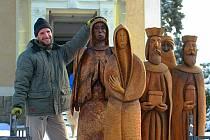V Hraničné na Jablonecku dostali do kostela sv. Josefa novou sochu do svého vyřezávaného Loučenského betlému.