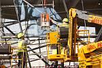Dělníci zasklívají přístavbu Muzea skla a bižuterie v Jablonci nad Nisou.