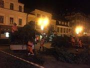 Kvůli nakloněnému kmenu vánoční jedle na Mírovém náměstí se vedení radnice rozhodlo o odstranění stromu kvůli bezpečnosti. Ráno zde začínají Vánoční trhy.