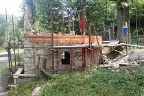 Kaplička se přes léto dočkala nové střechy.