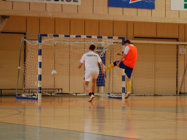 Vítězem turnaje Městské policie se stali hráči CSC Balon. Na snímku střílí gól Dan Stejkoza (vpravo).