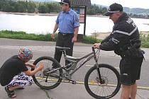 Kontrola cyklistů na jablonecké přehradě.