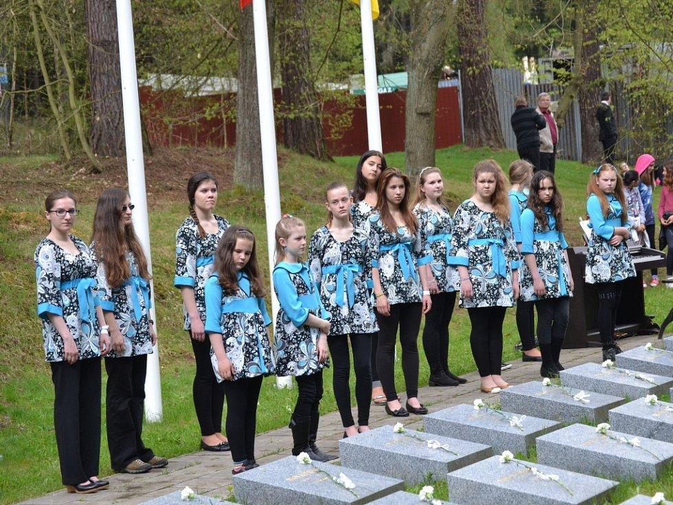 Pietní setkání u příležitosti 70. výročí skončení 2. světové války u památníku v Rýnovicích.