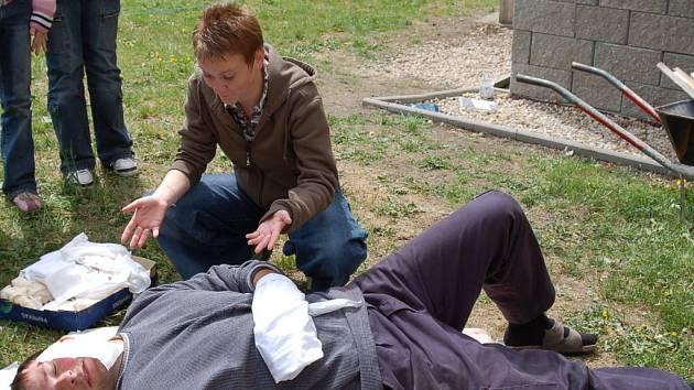 Zdravotnice ukazuje dětem jak se ošetřují popáleniny.