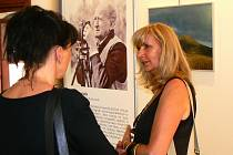 Ředitelka Katolické základní školy Jana Kocourková na vernisáži fotografií Miloslava Kalíka v nemocniční kapli