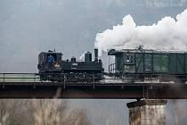 """Parní lokomotiva """"Litovel"""" 310.0134, jela 1. prosince po trase Turnov - Jilemnice. Jízda se konala při příležitosti akce Mikulášská parní vlak. Na snímku je lokomotiva na železničním mostě v obci Rakousy na Semilsku."""