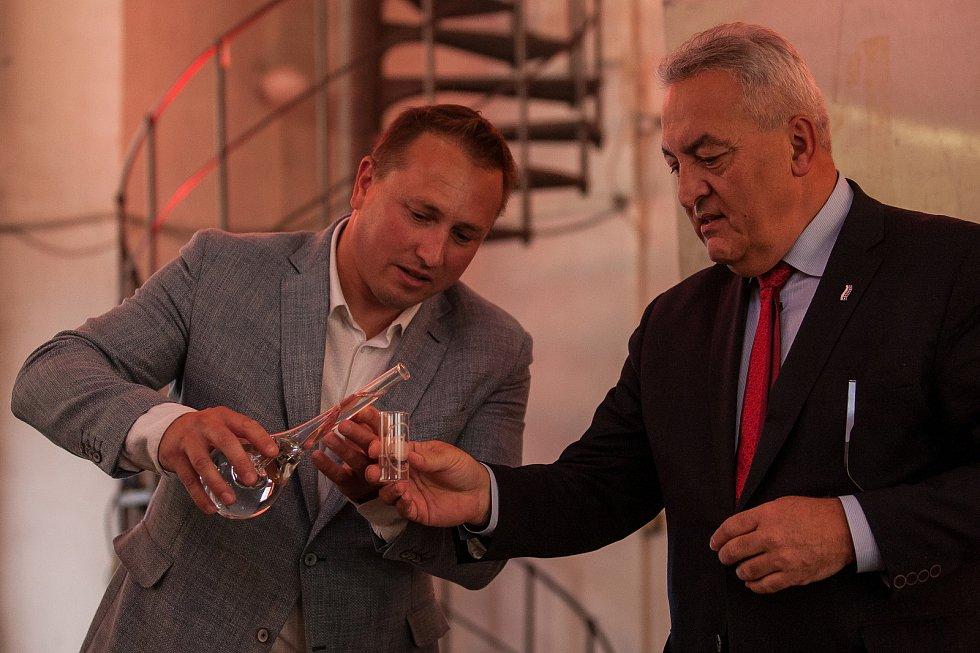 Na snímku zprava jsou náměstek hejtmana Petr Tulpa a ředitel Střední uměleckoprůmyslové školy sklářské  Libor Doležal.