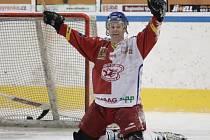 Fotbalisté Baumitu si zahráli hokej. Na snímku radost Karla Pitáka z branky.