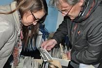 Denisa Albaniová ze Sundisku a Petr Hemerka, obchodní manažer Sport Jablonec, hledají v archivu redakce fotoperličky ze sportovišť.