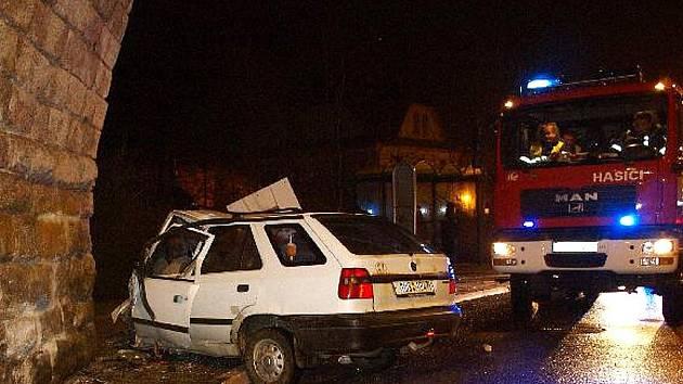 NEHODA V TANVALDU SKONČILA SMRTÍ ŘIDIČE. Ten s autem ve vysoké rychlosti vyjel mimo silnici a narazil do kamenného pilíře železničního viaduktu. Na místě byl mrtvý.