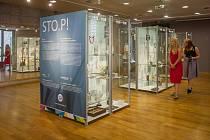 Sedmý ročník prodejní výstavy sklářských a bižuterních firem Křehká krása začal 9. srpna v Jablonci nad Nisou. Na snímku je expozice Muzea skla a bižuterie STO.P! ke stu letům českého skla a bižuterie.