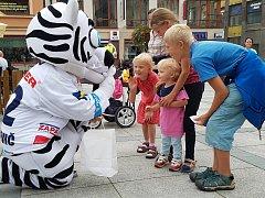 V pondělí odpoledne přijeli extraligoví Bílí tygři se svým roadshow před začátkem sezony do Jablonce na Mírové náměstí.  O jejich příjezdu ale nikdo moc nevěděl. Lidé přišli spíše náhodou.
