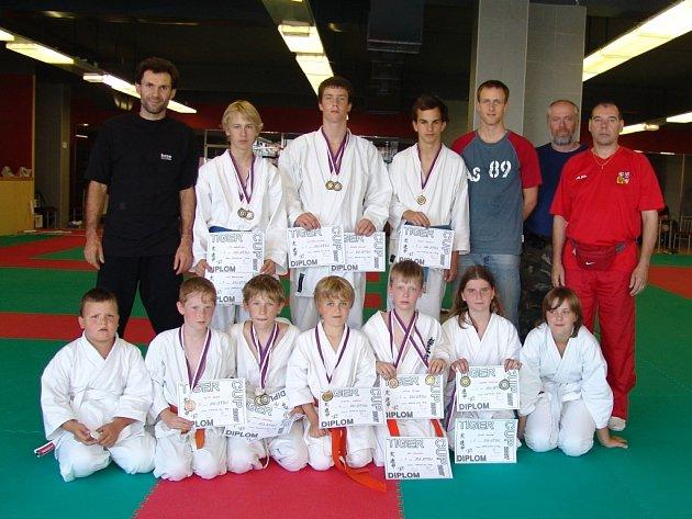 Tanvaldské naděje školy Soshiki bojových umění a sportů získaly na pražském turnaji Tiger Cup 2007 dvanáct medailí, z nichž tři byly zlaté, šest stříbrných a tři bronzové.