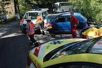 V neděli (11. července) odpoledne se čelně střetl osobní automobil Škoda Fabia se sanitním vozem České sanity v zatáčkách mezi Kunraticemi a Lukášovem.