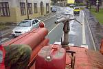 SDH Držkov. Každoroční mytí silnice v obci je v jejich režii.
