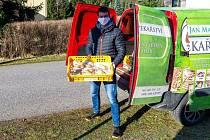 Vysokoškolák z Tanvaldu pomáhá s prodejem pečiva.