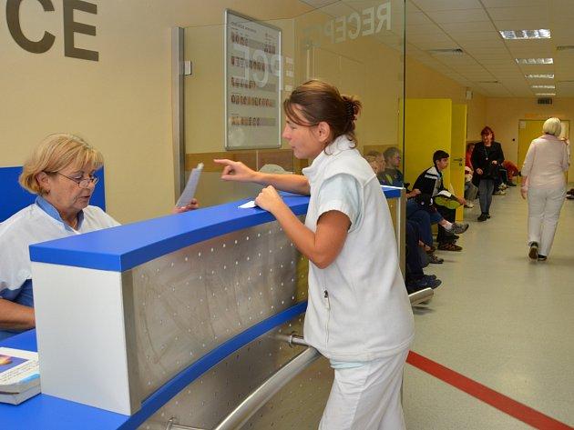 Recepce na chirurgické ambulanci upřednostňuje akutní případy.