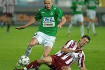 Adam Hloušek se snaží projít přes Sparťanského hráče.