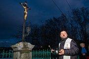 Farář Karel Koláček při žehnání opravenému kříži v ulici Čs. armády v Jablonci nad Nisou, které se uskutečnilo 8. prosince. Zároveň proběhl v Domě česko-německého porozumění trh drobných radostí, odeslání přání Ježíškovi a sousedské setkání. Program byl z