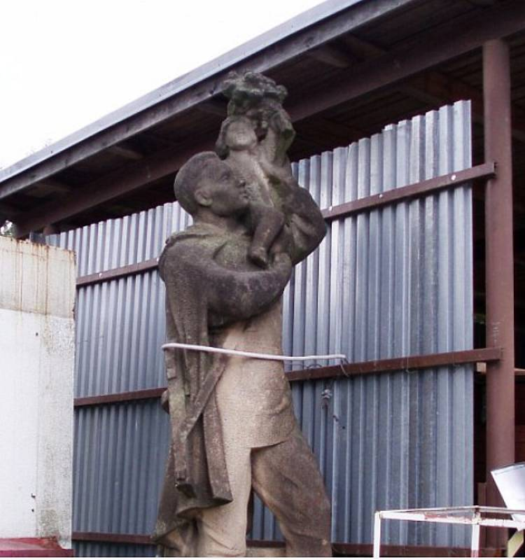 Pomník rudoarmějce od akademického sochaře Aloise Hubičky skončil v areálu technických služeb Jablonec.
