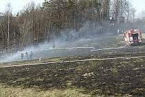 Hasiči zasahují po pálení klestu ve Bzí, které se vymklo kontrole. Odpovědná osoba dostala na místě pokutu.