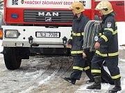 Sbor dobrovolných hasičů Janov nad Nisou. Profesionální a dobrovolní hasiči cvičili únik kyslíku a vyhledávání osoby v těžkém terénu.