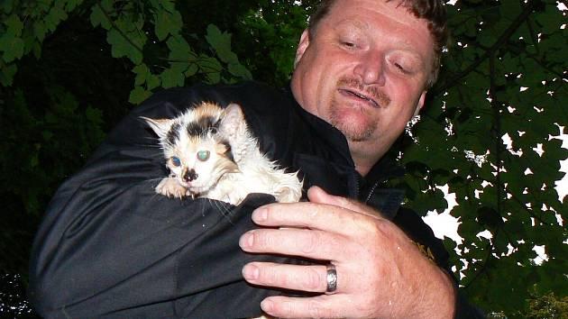Toulavé kočky zachraňují z koryta Nisy často i hasiči. Ve čtvrtek minulý týdem zachraňovali kotě u lázní v Tyršově parku. Na snímku strážník Pavel Matouš, který kotě po  zásahu převezl do útulku Dášenka.