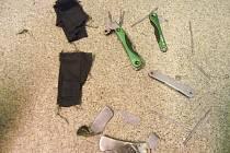Nůž a kleště, které muž k trestné činnosti používal.