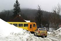 V pátek před polednem došlo na železničním přejezdu v Josefově Dole na Jablonecku ke srážce osobního vozu se železniční soupravou. Motorový vlak je ve směru do Smržovky.