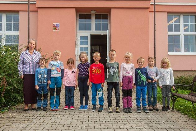 Prvňáci ze Základní školy Poniklá na Semilsku se fotili 12.září do projektu Naši prvňáci. Na snímku je snimi třídní učitelka Lenka Holubcová.