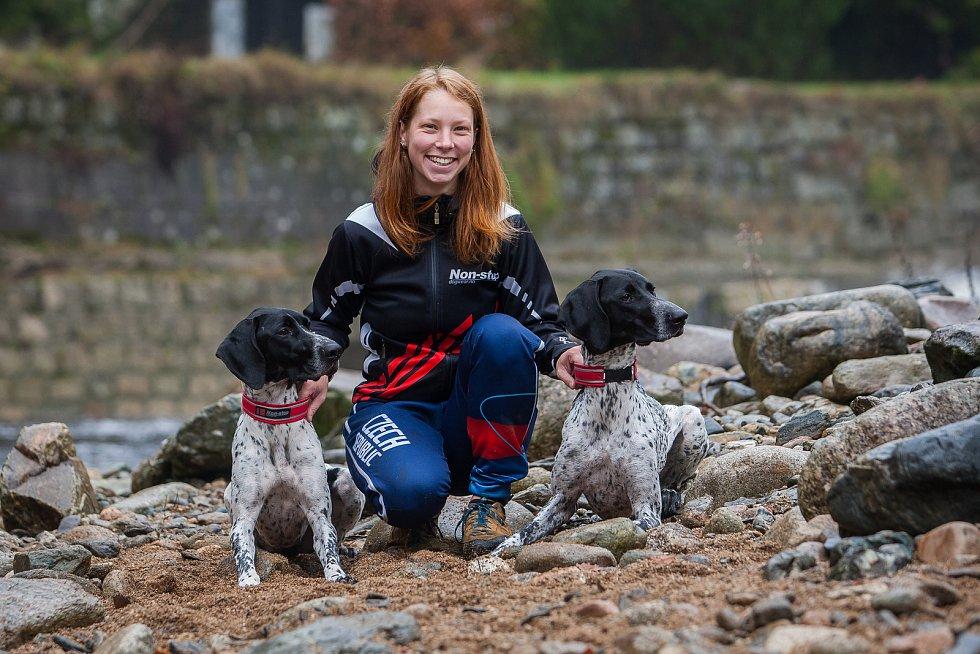 Musherka Veronika Navrátilová a její psi na snímku z 25. října v Rokytnici nad Jizerou.