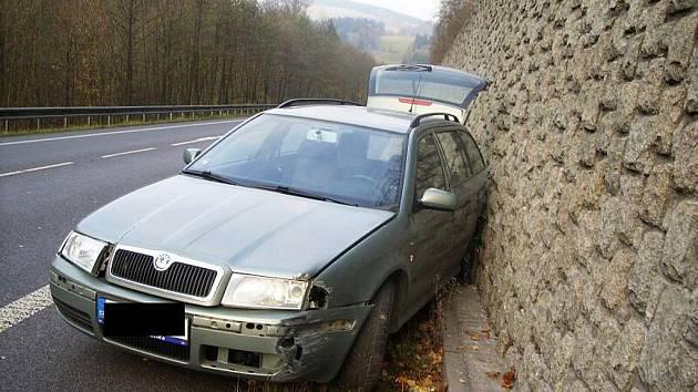 Řidič Škody Octavie dostal smyk a naboural do kamenné zdi.