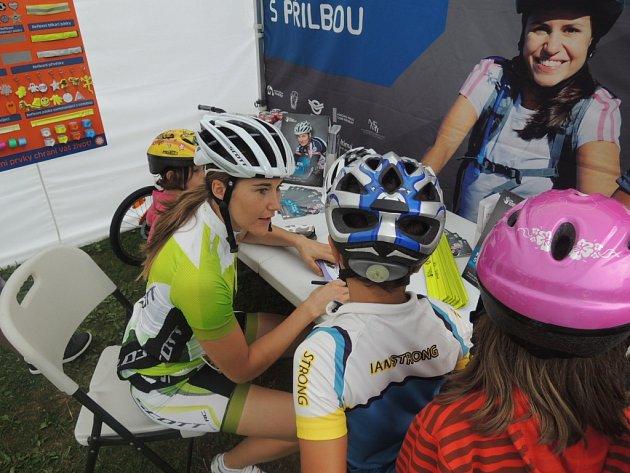 Šárka Strachová hlídkovala na kole v Krkonoších s přilbou na hlavě