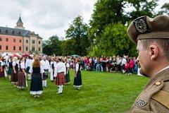 Skotské hry, 17. ročník akce, kde nechyběla tradiční skotská hudba, ukázky letu cvičených dravých ptáků a těžkoatletické soutěže jako je hod závažím do dálky, hod kládou nebo vrh kamenem, se konaly 19. srpna v parku zámku Sychrov na Liberecku.
