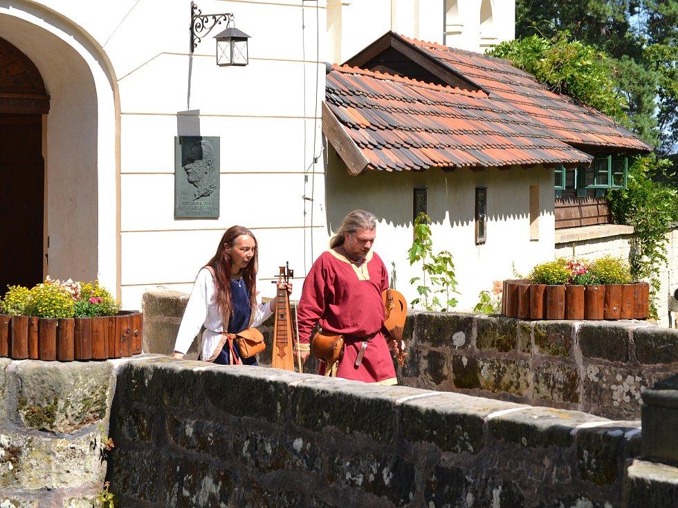 Turistické památky v Libereckém kraji nabízejí pestrý přehled akcí na prázdninové měsíce. Na Valdštejně se pravidelně konají prohlídky s loupeživým rytířem či audientu u Valdštejna. Výjimkou tu nejsou ani středověké víkendy se souboji a kuchyní z těchto č